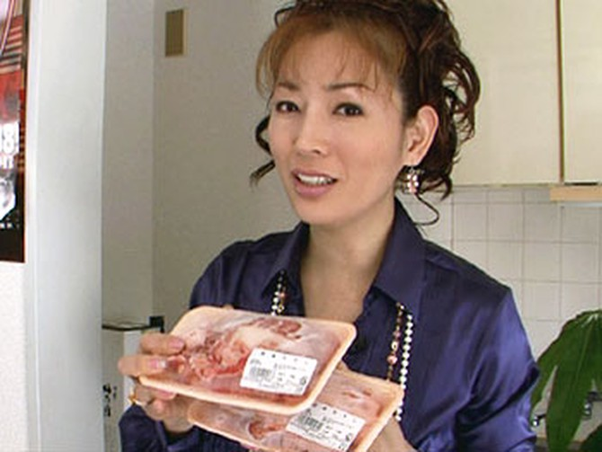 Miki Okae eats collagen-rich beef tendons.