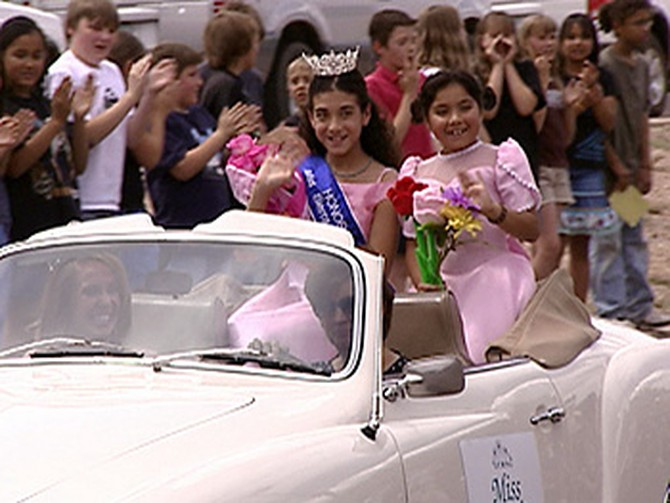 Alysianna and her sister in the Sierra Vista parade.