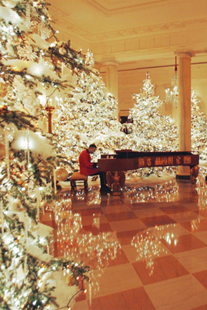 A Marine Band pianist plays in the Grand Foyer.